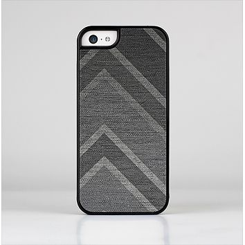 The Two-Toned Dark Black Wide Chevron Pattern V3 Skin-Sert Case for the Apple iPhone 5c