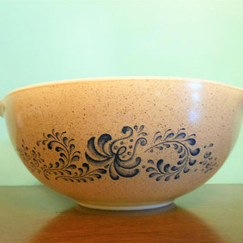 Pyrex Homestead 443 Cinderella Nesting Bowl, Pyrex Old Town Blue Onion 2.5 Quart Mixing Bowl