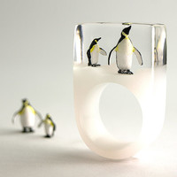 Polar king – Frosty penguin ring with two majestic king penguins on a white ring made of resin
