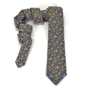 Lavender Grey floral skinny tie,  narrow necktie, lavender flower buds,  mens skinny tie, purple calico tie, groomsmen wedding tie, mens tie