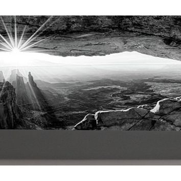 Supernatural West - Mesa Arch Sunburst In Black And White - Portable Battery Charger