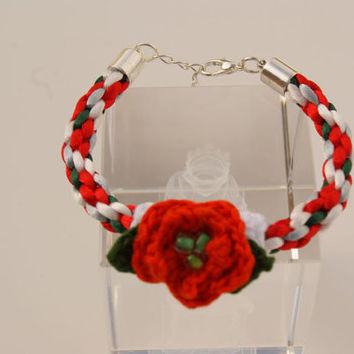 Christmas Bracelet. Red, White and Green Kumihimo Bracelet. Bangle with a Little Crocheted Christmas Star Flower as a Central Motif.