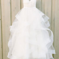 Sleeveless White Wedding Dress with Tiered Skirt Vestido De Noiva