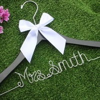 Personalized Chocolate Wedding Favors Bow Hanger Personalized Bridal,Handmade Wire Name Hanger, Wedding Dress Hanger, Original Wedding Favors From Guodegang00, $21.99| Dhgate.Com
