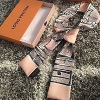 DCCKWA2 Brand New Authentic LOUIS VUITTON Pink/Grey Trunk Luggage Print Silk scarf 46'