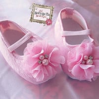 Baby Girl Pink Crib Shoes flower baby  por TheBabyBellaBoutique