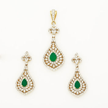 Beautiful Diamond Pendant and Earring in 18Kt Gold and 2.97Ct diamonds with 1.48Ct green onyx in center of both, diamond pendant necklace