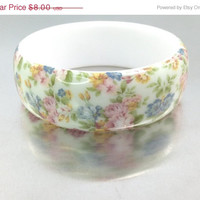 VALENTINES SALE A Vintage Plastic Floral White Bracelet / Bracelet with Flowers / Shabby Bracelet Bangle Bouquet