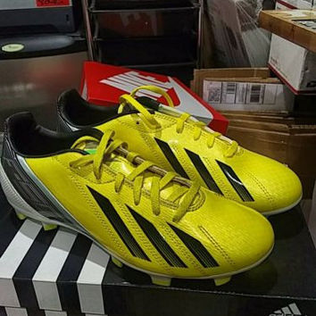 Display Adidas Men's F10 TRG FG Yellow Black soccer cleats size 6.5, women sz 8