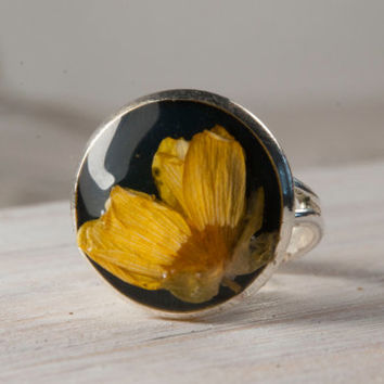 Real flower ring. Black and yellow ring. Handmade botanical jewelry. Unique floral ring. Resin ring. Dome ring. Cute Christmas gift for her