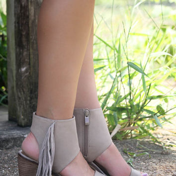 SZ 10 Very Volatile Vermont Taupe Fringe Ankle Cuff Stacked Heel Sandals