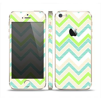 The Vibrant Green Vintage Chevron Pattern Skin Set for the Apple iPhone 5s