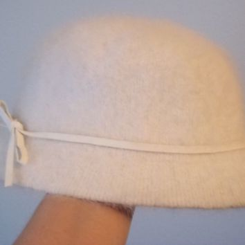WOMENS WHITE FUR BUCKET STYLE HAT 80% ANGORA SOFT CHIC SIZE SMALL LEATHER TRIM