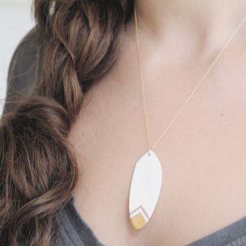 O n a - Chic feather neckalce - white and gold porcelain - minimalist jewelry - Calliope Collection