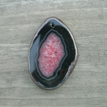 Druzy Agate Pendant Bead, freeform, flat slice, black outer ring, reddish pink druzy center, some banding, polished and drilled for DIY
