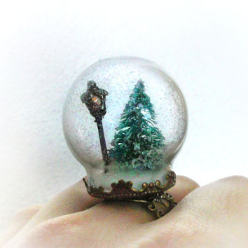 Narnia inspired snow globe ring, winter scene with a street lamp post and a snowy tree