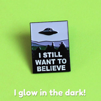 X Files Poster soft enamel pin badge - Glow in the Dark