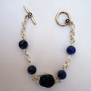 Boho oval druzy bracelet in silver plated wire in royal blue with lapis beads in between silver plated chain and antique toggle