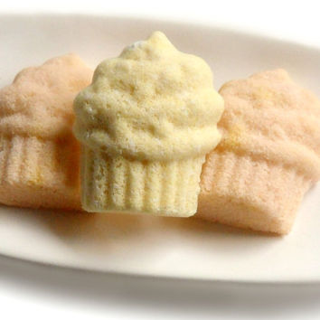 Vanilla Cupcake Bath Bombs with Shea Butter by SSSoap on Etsy