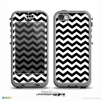 The Black & White Chevron Pattern V2 Skin for the iPhone 5c nüüd LifeProof Case