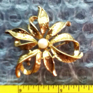 Vintage Goldtone Pin Brooch Pearl  Freeform Bow Loops Leaves Dressy Casual Teens Tweens Girls Women Gift Easter Mother's Day Fashion Classic