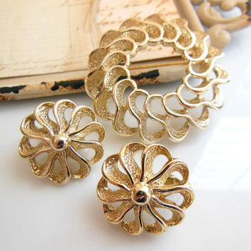 Vintage Sarah Coventry Fashion Round Modern Gold Wreath Brooch Clip Earrings Set