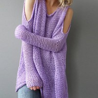 A sweater with a long sleeve knit