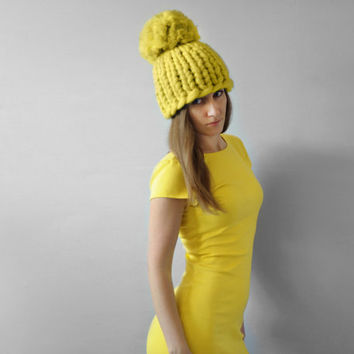 SALE! Piccolo punto. Hat with giant pom pon. Chunky hat. Knitted hat. Big yarn hat. Merino wool