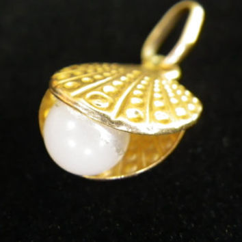 9ct Yellow Gold Oyster Shell & Faux Pearl Charm Pendant