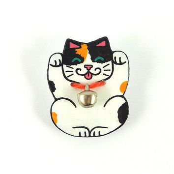 CD recycled Brooch : Maneki Neko Lucky charm Japanese tricolor cat, with a real small bell - by Savousepate