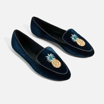 FLAT VELVET SHOES WITH EMBROIDERY DETAIL