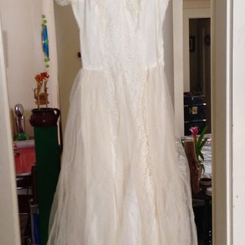 Vintage 1940s wedding dress, ivory lace