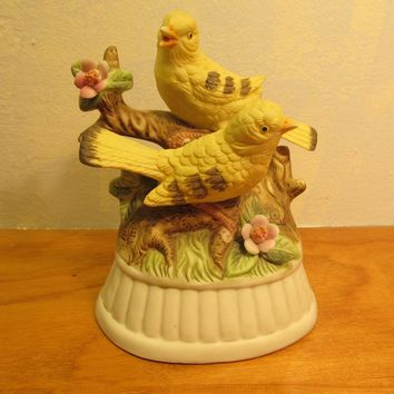 BEAUTIFUL VINTAGE CERAMIC MUSIC BOX WITH TWO YELLOW BIRDS