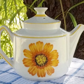 Vintage Teapot Butterscotch Gerber Daisy White Porcelain Mid Century Mod Garden Party Flower Power 1970s Enesco Japan Large Design on White