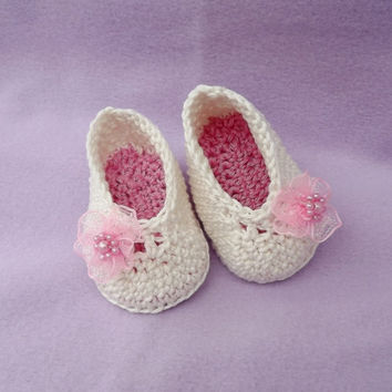 Cute ecru crochet shoes, baby girl booties, Booties with flowers,
