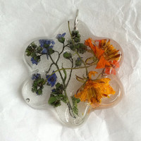 Unique and original flower pendant necklace. Genuine flowers dried and suspended in resin. Unique botanical necklace. Handcrafted with love.