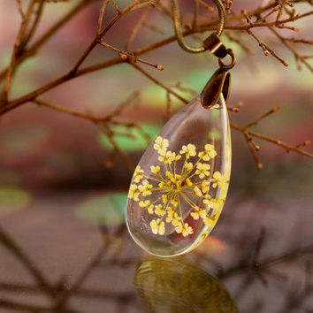 Queen Anne's Lace teardrop Necklace Victorian vintage : Real yellow Pressed Flower resin