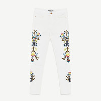 MID-RISE JEANS WITH SIDE FLORAL EMBROIDERY DETAILS