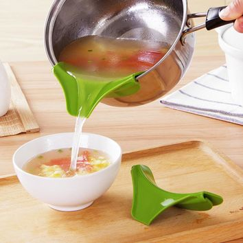 Creative Silicone Slip on Pour Soup Anti-spill Spout Funnel for Pots Pans and Bowls and Jars Kitchen Gadget Tool Hot Sale