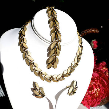 Crown Trifari Parure Gold Necklace Bracelet Earrings Matte Texture Pointed Oval Paired Links Mid Century Signed 4 pc. Classic Jewelry Set