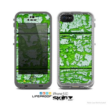 The Green Grunge Wood Skin for the Apple iPhone 5c LifeProof Case
