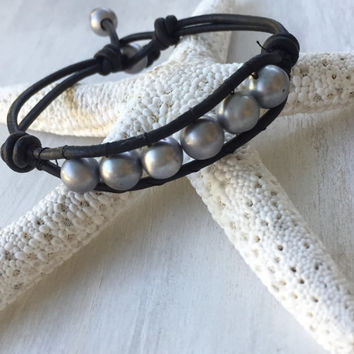 Leather pearl bracelet, leather pearl, bracelet, pearl, gift idea, gift for her, pearl bracelet, grey pearls, pearl jewelry