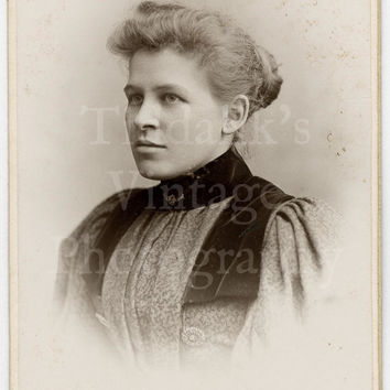 CDV Carte de Visite Photo Beautiful Young Victorian Woman Portrait  by Bennet & Sons of Worcester and Malvern England