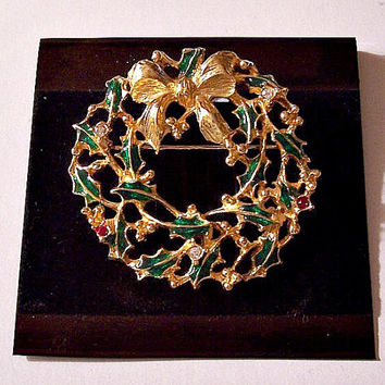 Holly Berry Crystal Christmas Bow Pin Brooch Gold Tone Vintage Open Weaved Round Red Stones