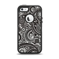 The Black & White Pasiley Pattern Apple iPhone 5-5s Otterbox Defender Case Skin Set