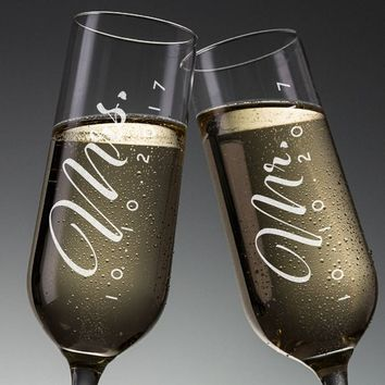Set of 2, Mr. Mrs. Wedding Champagne Flutes, Personalized Champagne Flute Wedding Favors, Custom Bride and Groom Champagne Glasses #N3