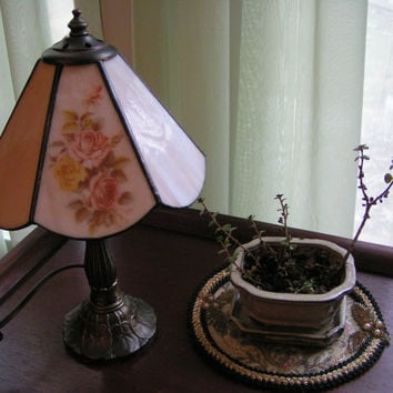 Small Table Lamp, Tiffany Style Shade Soft peachy creme Color shade with dark gold tone metal base. Vintage and charming.