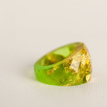 lemon lime round faceted eco resin ring featuring gold leaf flakes - size 5.5