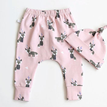Pink baby harem pants and knot hat set with foxes. Soft jersey knit with fox pattern. Knotted hat and leggings. Baby gift