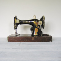 Vintage 1924 Singer Sewing Machine with Wood Coffin Case